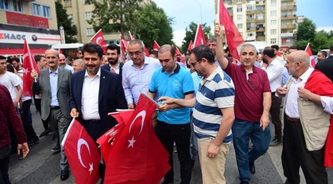 DULKADİROĞLU'NDAN 15 TEMMUZ'DA 15 BİN TÜRK BAYRAĞI..