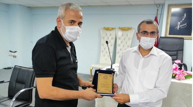 Emekli olan din görevlilerine teşekkür plaketi...