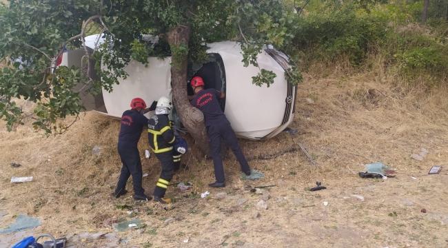 Otomobil ağaca çarptı 1 ölü 3 yaralı..