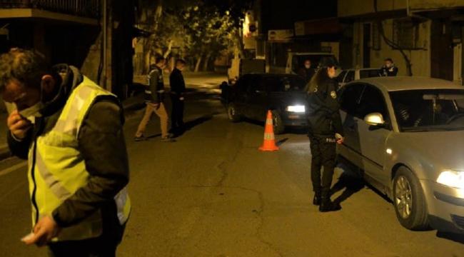 Dur ihtarına karşı otomobili polis ekiplerinin üzerine sürdü..