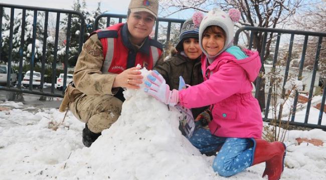 Jandarma çocuklarla kardan adam yapıp kartopu oynadı..