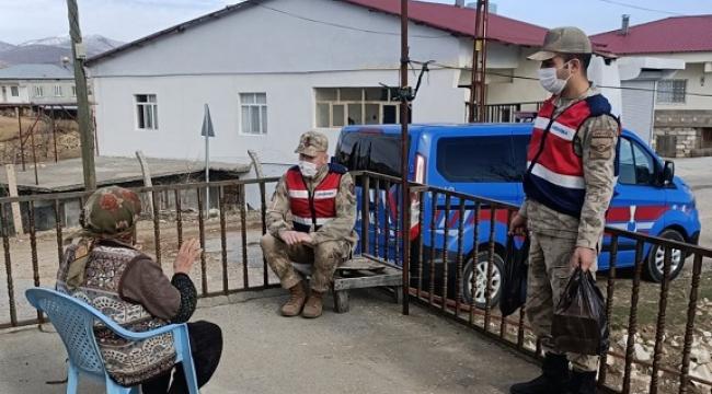 Jandarma yaşlılar haftasında gönülleri fethetti..