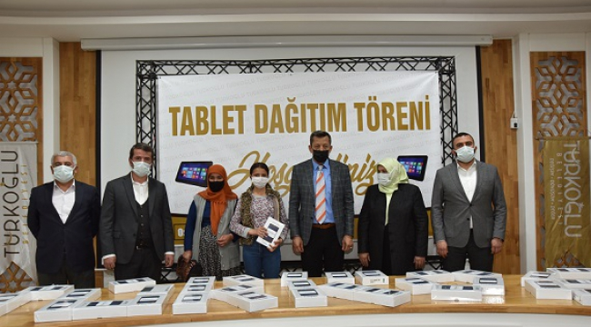 TÜRKOĞLU BELEDİYESİNDEN ÖĞRENCİLERE TABLET..