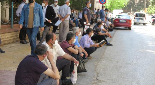 Kahramanmaraş'ta çiftçi belge kuyruğunda koronavirüsü unuttular