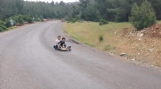 Çocukların tahta arabayla hız tutkusu görenleri şaşırttı