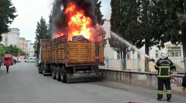 Kahramanmaraş'ta atık yüklü tır dorsesi yandı