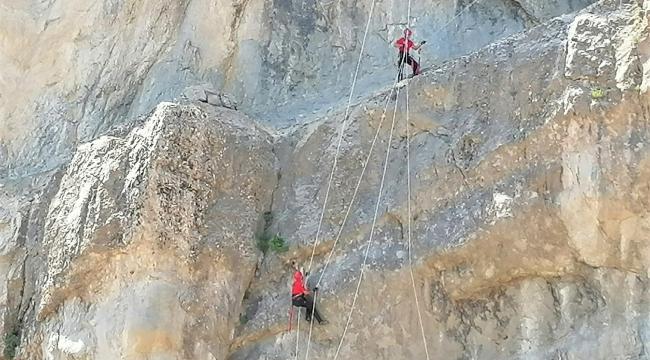 Kayalıklarda mahsur kalan keçileri jandarma kurtardı