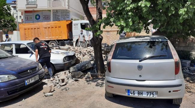 Pazarcık'ta ihata duvarı park halindeki otomobillerin üzerine yıkıldı