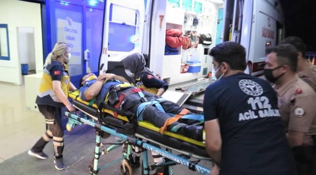 Bıçaklı saldırgana müdahale eden polis merdiven boşluğuna düştü