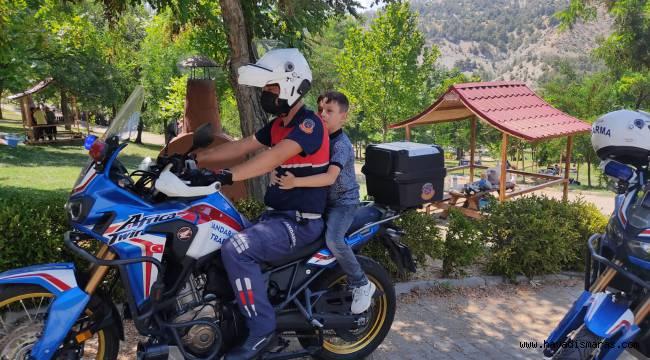 Kaybolan çocuğu jandarma ekipleri ailesine teslim etti